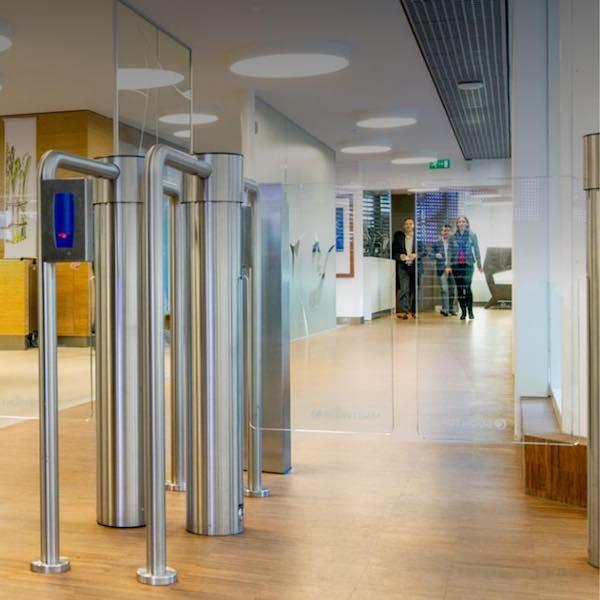 Portillon d'accès à deux vantaux en verre - Boon Edam Twinglock 900